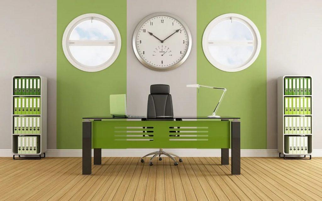 Ceasuri moderne pe perete în camera de zi