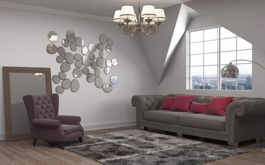 Compoziție de oglinzi în interiorul camerei de zi