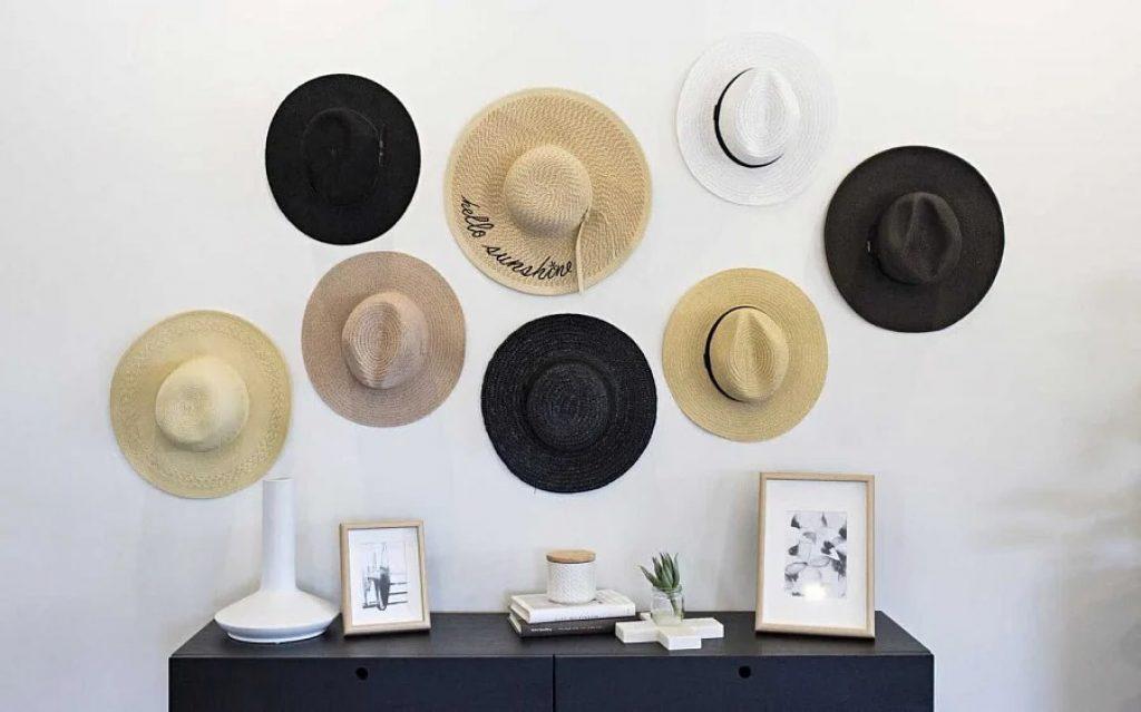 Pălării pe peretele din camera de zi