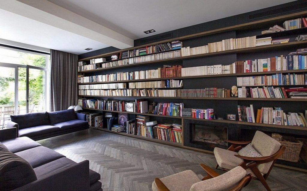 Rafturi cu cărți în interiorul camerei de zi